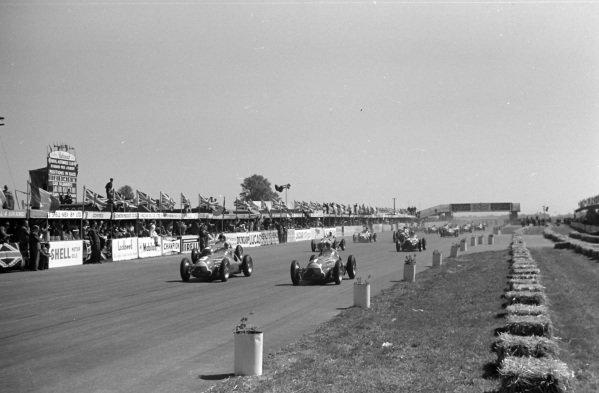 Luigi Fagioli, Alfa Romeo 158, leads Juan Manuel Fangio, Alfa Romeo 158, Giuseppe Farina, Alfa Romeo 158, and the rest of the field at the start.