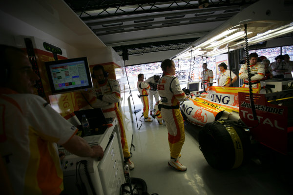 Shanghai International Circuit, Shanghai, China18th April 2009The Renault team work on Fernando Alonso, Renault R29, in the garage. Portrait. Technical. Garages. World Copyright: Andrew Ferraro/LAT Photographicref: Digital Image VY9E8790