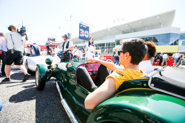 Suzuka Circuit, Japan. Sunday 8 October 2017. Jolyon Palmer, Renault Sport F1, in the drivers parade. World Copyright: Charles Coates/LAT Images  ref: Digital Image DJ5R9049