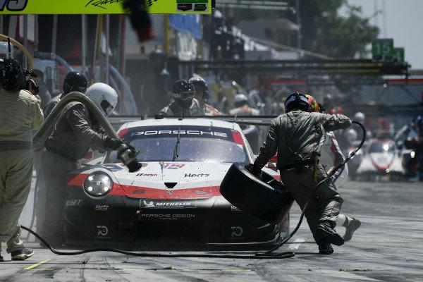 #912 Porsche Team North America Porsche 911 RSR, GTLM: Laurens Vanthoor, Earl Bamber pit stop.