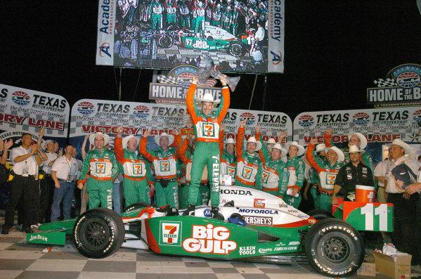 10-12 June, 2004, Texas Motor Speedway, USATony Kanaan in victory circle-2004Walt Kuhn, USALAT Photographic
