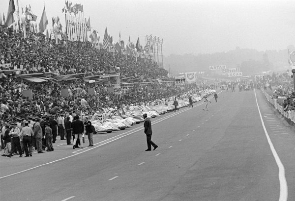 1969 Le Mans 24 hours.Le Mans, France. 14-15 June 1969.All the drivers make the traditional running start, except for Jacky Ickx who walks across the track in protest as he believed it to be dangerous. Ickx started last but still finished in 1st position.World Copyright: LAT PhotographicRef: 256#31