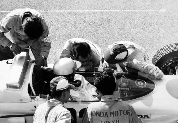 1965 Dutch Grand Prix.Zandvoort, Holland. 18 July 1965.Richie Ginther, Honda RA272, 6th position, with his mechanics.World Copyright: LAT PhotographicRef: Autocar b&w print