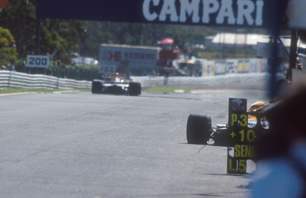 1992 Portuguese Grand Prix.Estoril, Portugal.25-27 September 1992.Nigel Mansell (Williams FW14B Renault) 1st position passes his teammate Riccardo Patrese's stricken Williams chassis at the side of the pit wall after his horrifying verticle rocket lift off into the air, going nearly as high as the bridge at speed. Ref-92 POR 04.World Copyright - LAT Photographic