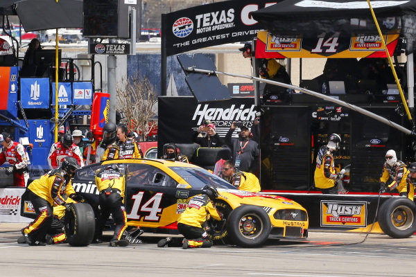#14: Clint Bowyer, Stewart-Haas Racing, Ford Mustang Rush Truck Centers/Cummins pit stop