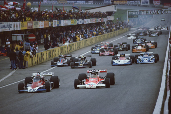 John Watson, Penske PC4 Ford, leads James Hunt, McLaren M23 Ford, 4th, at the start. Gunnar Nilsson, Lotus 77 Ford, follows, ahead of Tom Pryce, Shadow DN5B Ford, Ronnie Peterson, March 761 Ford and  Jacques Laffite, Ligier JS5 Matra.