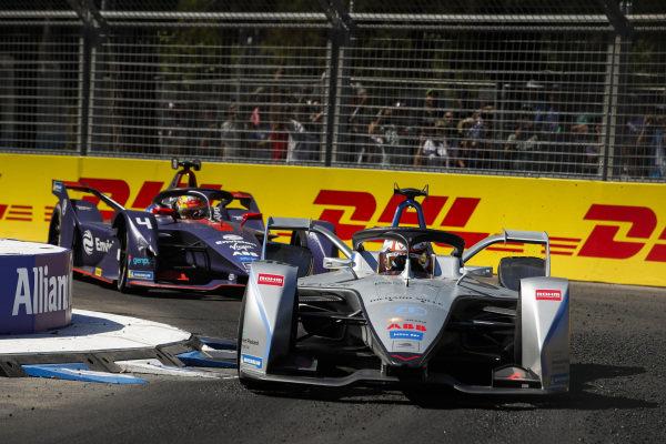 Edoardo Mortara (CHE) Venturi Formula E, Venturi VFE05 leads Robin Frijns (NLD), Envision Virgin Racing, Audi e-tron FE05