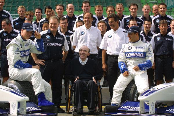 2001 Malaysian Grand Prix.Sepang, Kuala Lumpur, Malaysia.16-18 March 2001.The Williams BMW team. (L-R) Ralf Schumacher, Patrick Head, Gerhard Berger, Dr. Mario Theissen, Juan-Pablo Montoya and in the front Frank Williams.World Copyright - LAT PhotographicRef-8 9MB Digital