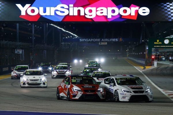 2015 TCR International Series Round 9. Marina Bay Circuit, Singapore. Saturday 19 September 2015. Lorenzo Veglia, No.7 Liqui Moly Team Engstler, battles with Jordi Gene, No.88 Team Craft-Bamboo LUKOIL. World Copyright: Sam Bloxham/LAT Photographic. ref: Digital Image _SBL8339