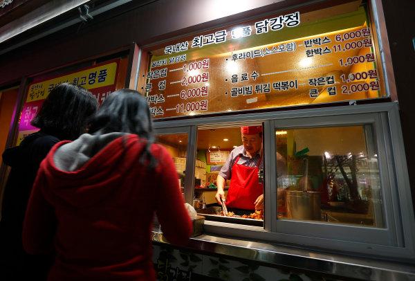 Korea International Circuit, Yeongam-Gun, South Korea. Thursday 3rd October 2013. A street vendor selling food. World Copyright: Charles Coates/LAT Photographic. ref: Digital Image _N7T8342