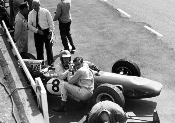1965 Dutch Grand Prix.Zandvoort, Holland. 18 July 1965.Jim Clark, Lotus 33-Climax, 1st position, kneels to talk to Mike Spence, Lotus 25-Climax, 8th position, in the pits.World Copyright: LAT PhotographicRef: Autocar b&w print