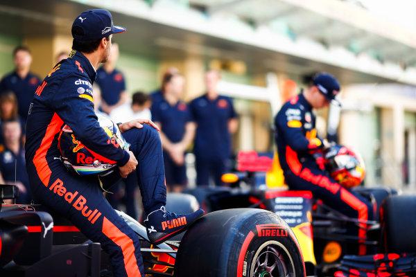 Yas Marina Circuit, Abu Dhabi, United Arab Emirates. Sunday 26 November 2017. Daniel Ricciardo, Red Bull Racing, and Max Verstappen, Red Bull, with the Red Bull team. World Copyright: Andy Hone/LAT Images  ref: Digital Image _ONY2628