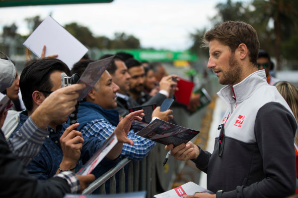 Autodromo Hermanos Rodriguez, Mexico City, Mexico. Thursday 27 October 2016. Romain Grosjean, Haas F1, signs autographs for fans. World Copyright: Andrew Hone/LAT Photographic ref: Digital Image _ONY9443