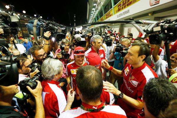 Marina Bay Circuit, Singapore. Sunday 20 September 2015. Kimi Raikkonen, Ferrari, and Sebastian Vettel, Ferrari, celebrate with the Ferrari team. World Copyright: Alastair Staley/LAT Photographic. ref: Digital Image _R6T7581