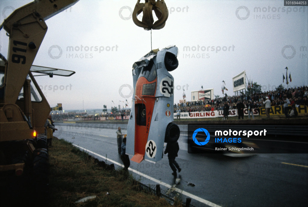 The remains of David Hobbs / Mike Hailwood, J. W. Automotive Engineering, Porsche 917K, being removed from the track.