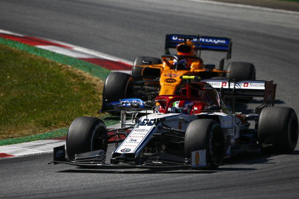 Antonio Giovinazzi, Alfa Romeo Racing C38, leads Carlos Sainz Jr., McLaren MCL34
