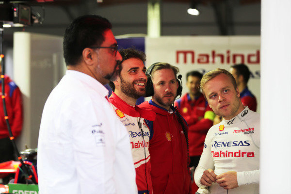 Dilbagh Gill, CEO and Team Principal, Mahindra Racing, Jérôme d'Ambrosio (BEL), Mahindra Racing, Nick Heidfeld, and Felix Rosenqvist (SWE) Mahindra Racing, in the garage